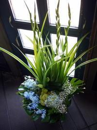 三回忌に。「白~ブルー系。高さ出して」。美園8条にお届け。2017/07/08。 - 札幌 花屋 meLL flowers