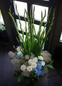 葡萄酒とフレンチのお店の開店に②。「白~グリーンメインに少し色を入れて」。南4西5の2階にお届け。2017/07/08。 - 札幌 花屋 meLL flowers