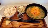 11日(火)のお味噌汁は… 「ピリ辛ひき肉の具沢山味噌汁」と「冷たい!モロヘイヤとトマトのすり流し」です。 - miso汁香房(ロジの木)