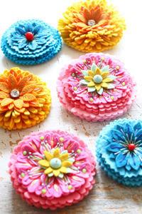 フェルトと刺繍のお花たち~「フェルトと遊ぶ」の為に制作したもの~ - ビーズ・フェルト刺繍作家PieniSieniのブログ