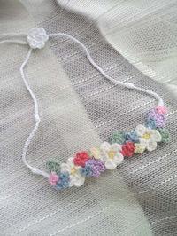 お花のネックレス、カラフル - D-E