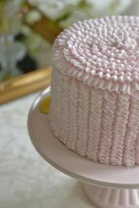 ピンクのパイピングラッフルケーキ&メリーゴーランドケーキ - Something Sweet