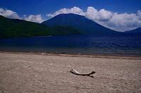 湖畔の白浜 - 風の香に誘われて 風景のふぉと缶