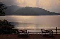 湖畔のベンチ - 風の香に誘われて 風景のふぉと缶