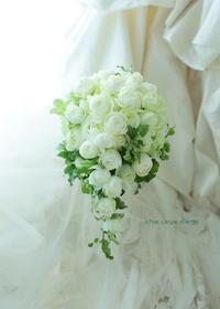 小さ目のセミキャスケードブーケ 白バラと緑と実  青山ラヴィファクトリー様へ  - 一会 ウエディングの花