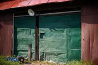 センスのよい配色の納屋入り口 - inside out