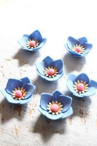 シートフェルトで青いお花を作りました - ビーズ・フェルト刺繍作家PieniSieniのブログ