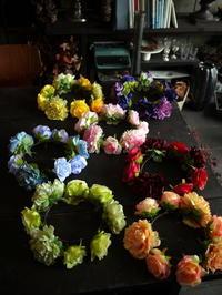 札幌の、女性7人のアイドルグループがライブで使用する、アーティフィシャルフラワー(造花)の7色の花冠。2017/07/16。 - 札幌 花屋 meLL flowers