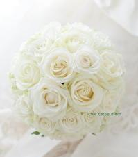 ラウンドブーケ、白バラだけで  - 一会 ウエディングの花