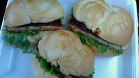 お昼ご飯にハンバーガー。 - hotmilkcafe