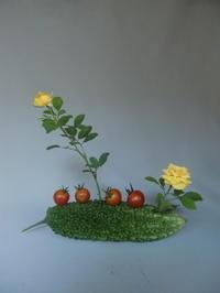 お化けの様なニガウリとミニバラ - 活花生活(2)