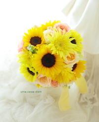夏のブーケ ひまわり2種のラウンドブーケ、コーラルピンクのバラをアクセントに - 一会 ウエディングの花