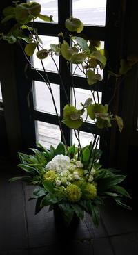 多目的使用な「寄席小屋」及び「レッスン場」開設の、お披露目パーティーに。南5西8のビル2Fにお届け。2017/07/22。 - 札幌 花屋 meLL flowers