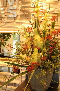 エニタイムフィットネスセンター赤羽北店様 定期活け込みの花 夏の実物のアレンジ - 北赤羽花屋ソレイユの日々の花