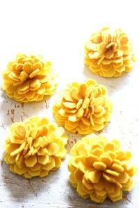 キンセンカの花を作りました - ビーズ・フェルト刺繍作家PieniSieniのブログ