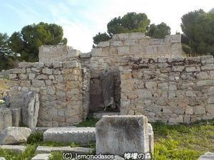 彫像のある不明の建築物 古代コリントス - 日刊ギリシャ檸檬の森 古代都市を行くタイムトラベラー
