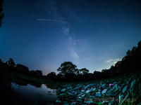 夜の蓮池と銀河 - デジタルで見ていた風景