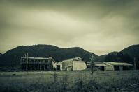 緑の雨雲に包まれた廃工場 - Film&Gasoline