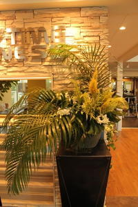 エニタイムフィットネスセンター赤羽北店様 定期活け込みの花 グリーンで涼やか - 北赤羽花屋ソレイユの日々の花