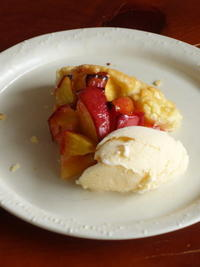 Nectarin crostata & ice cream cheek to cheek on the plate - Baking Daily@TM5