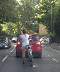 まるで竹馬、足が届かない自転車 - ドイツの森の散歩道