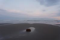 月の石 - 東に向かえば海がある
