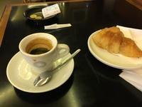 Parisの朝はカフェから始まります - やさしい光のなかで