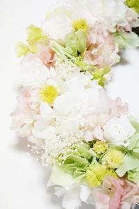 エステサロンオープン!を飾るリース - お花に囲まれて