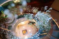 夏の装花 ザ・クルーズクラブ東京様へ カスミソウの階段装花 - 一会 ウエディングの花