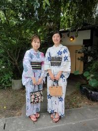 レトロな白地のゆかたが涼しそうです。 - 京都嵐山 着物レンタル&着付け「遊月」