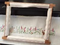 木枠の刺しゅう枠 / 美しく咲く百合の花 - y-hygge
