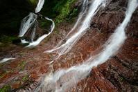 赤い岩の滝  矢納谷 赤ナメクチキの滝 - 峰さんの山あるき