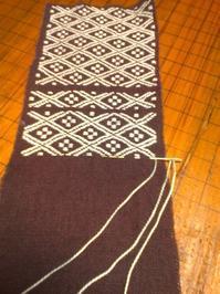 ボルドー色の生地の目が拾いにくい - 手編みバッグと南部菱刺し『グルグルと菱』