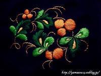 帯留めのためのモチーフ用刺繍1枚目刺し終わる(ホフロマ塗り図案) - ロシアから白樺細工