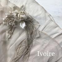 ivory色のコサージュ。 - 手染めの布花 Ivoire