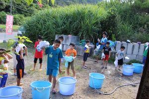 無人島冒険学校〔1日目〕ここでの洗濯は足踏み式!小さな子、大きな子、それぞれ役割分担をして!レトロな生活だ。 -