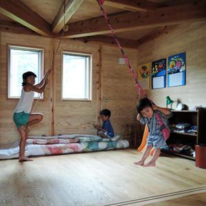 稲田堤の家のブランコとハンモック・そして板塀など -