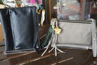 小ぶりなバッグはレザーで - 帽子のベルデ日記