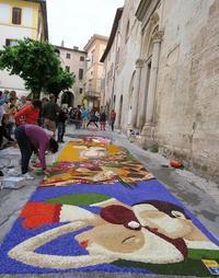 花の絵彩る中世の町 スペッロのインフィオラータ、来年は6月3日 JITRA連載第10回掲載と間違いのおわび - イタリア写真草子 - Fotoblog da Perugia
