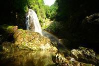 虹を架ける滝  黒石谷 明神滝 - 峰さんの山あるき