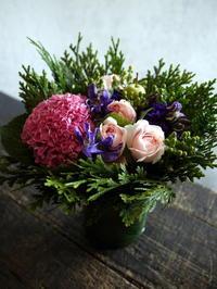 退職される女性へのお祝いアレンジメント。「ピンク~紫。華やかに」。平岸5条にお届け。2017/08/16。 - 札幌 花屋 meLL flowers