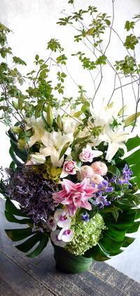 お通夜にアレンジメント。水車町3の斎場にお届け。2017/08/19。 - 札幌 花屋 meLL flowers