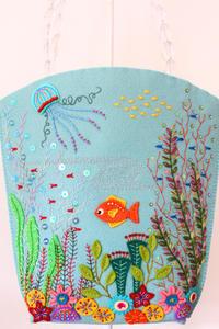 海のバッグ~「切って! 貼って! 刺しゅうをする フェルトと遊ぶ」より~ - ビーズ・フェルト刺繍作家PieniSieniのブログ