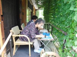夏レク ~ タデアイのたたき染め作品⑤ ~ - 鎌倉のデイサービス「やと」のブログ
