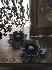 風が冷たくなる季節を待ちわびて ~ モノトーンのアネモネ - 布の花~花びらの行方 Ⅱ