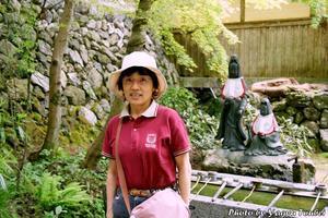 背景は横蔵寺の手水舎 - とことん写真