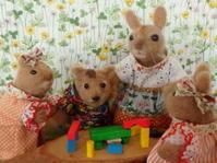 積み木で遊ぶうららちゃんと子供たち - うららフェルトライフ