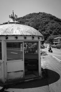 昭和ムード漂うアダムスキー型バス停留所 - Film&Gasoline