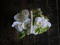 お客様お持ち込みのカゴを使って、ギフト用のアレンジメント。「白~グリーン」。2017/09/02。 - 札幌 花屋 meLL flowers
