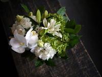 お母様の一周忌に。ご自宅でのご法要。高さ25cmの、白のガラス花瓶に。「胡蝶蘭や八重の百合等白ベースで」。2017/09/03。 - 札幌 花屋 meLL flowers